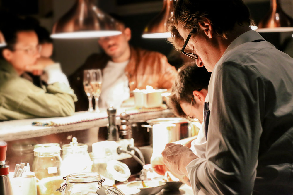 TOR DINING - MenüstartDonnerstag 19.30 UhrFreitag / Samstag 20.00 UhrPlatzreservierungendining@tor-artspace.deoder+49 151 104 320 22