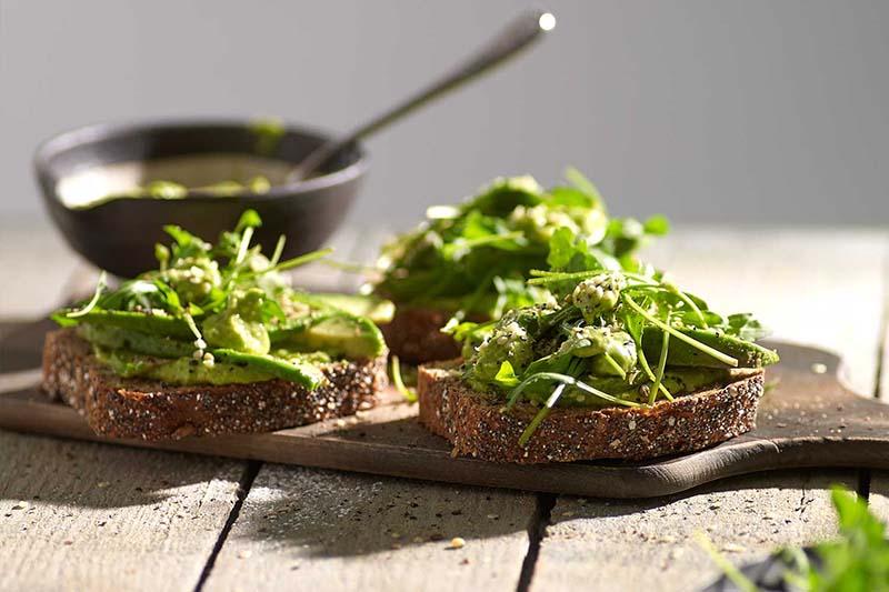 avondbrood met avocado en posteleinpesto_MR.jpg