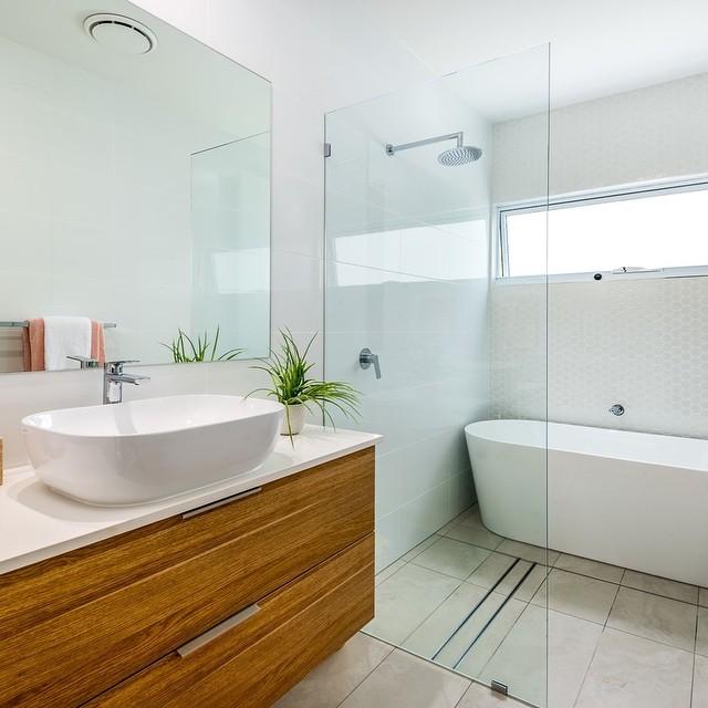 """Villa on Vievers"" Main Bathroom ⠀⠀"