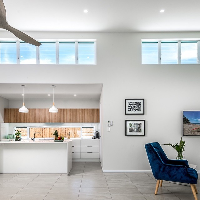 High level louvre windows was a key feature of this house. They not only create great light, but also help in the natural ventilation process of the space by expelling the hot air up and out of the house. ⠀⠀