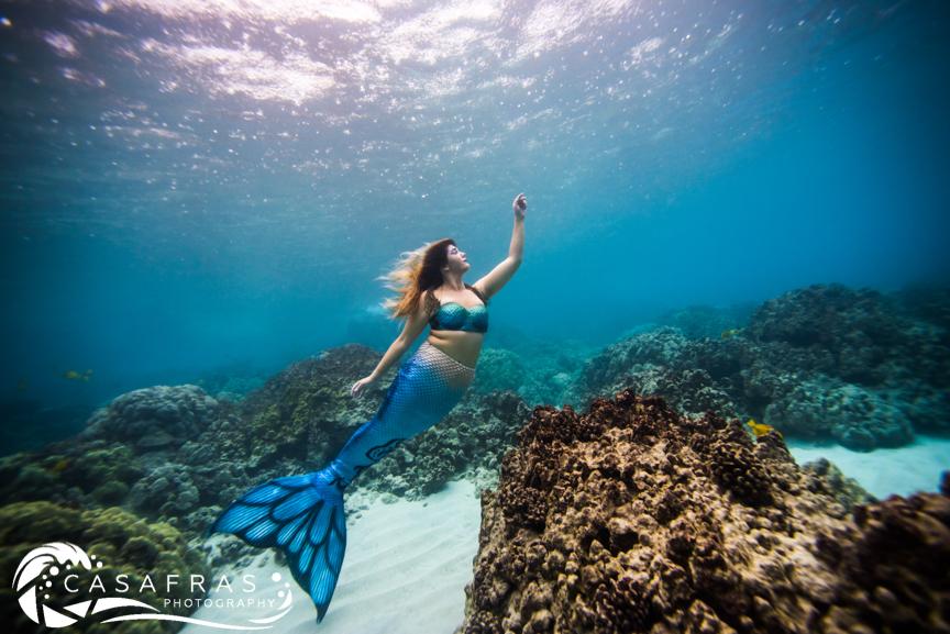 Mermaid Lila practicing underwater movement with photographer Cassie Pali in Kona, Hawai'i ( @Casafras_h2o )