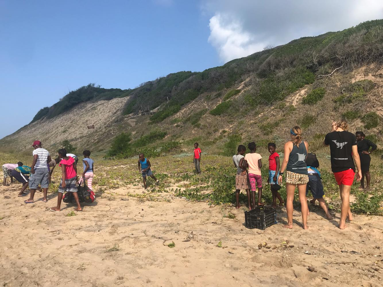 What an incredible image of people coming together to tackle trash in their local community. Here GOS Lead Ambassador Jennifer Thomson ran a beach cleanup in Zavora, Mozambique! She completed 2 beach cleans with 30 researchers and school children, collecting 122kg of ocean trash! AMAZING! (Photo: @   jenniferelizabeththomson   )