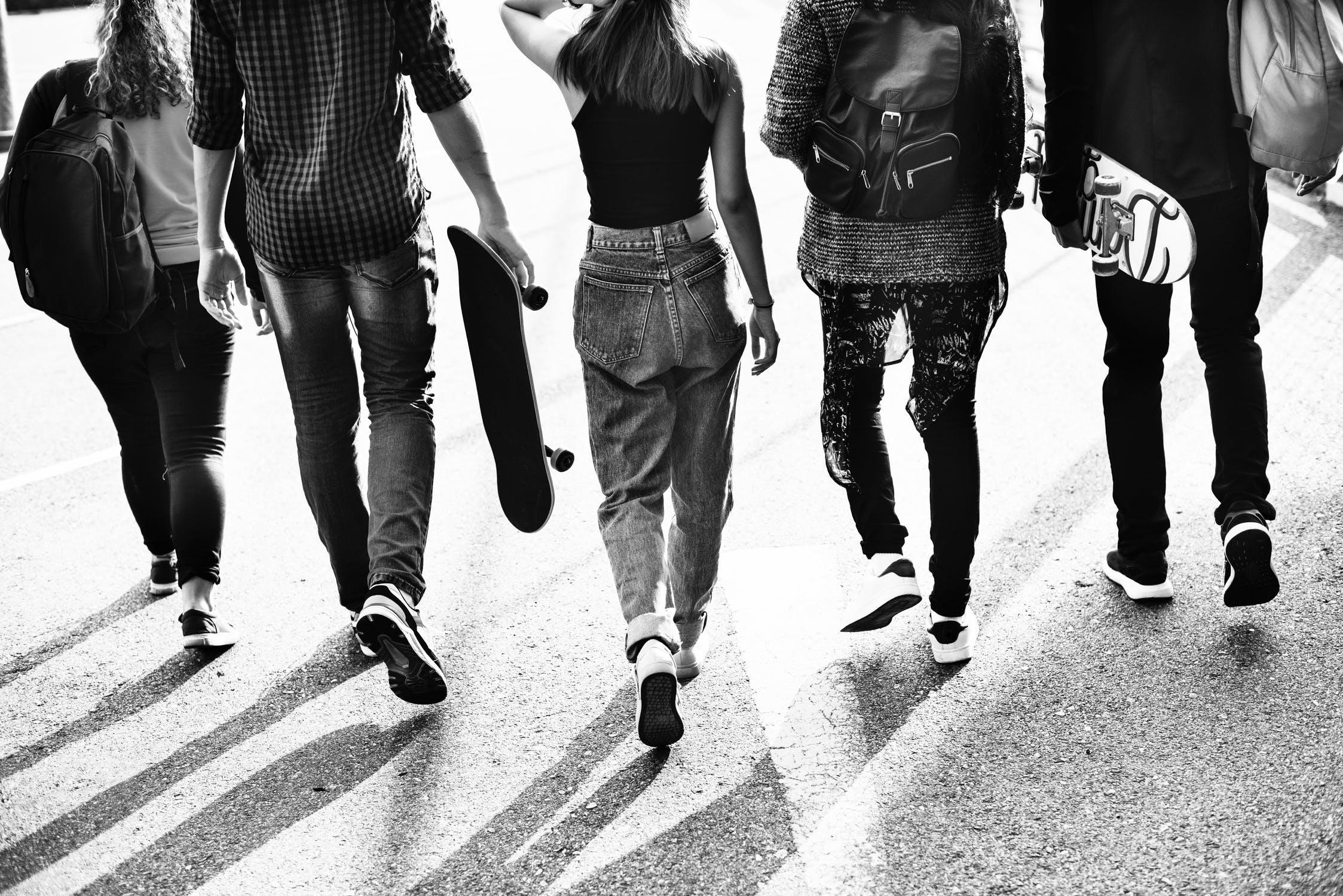 Jugendschutz - Alkohol ist ab 18 Jahren! (Erwerb und Konsum)Das Jugendschutzgesetz in England wird, was den Alkoholkonsum angeht, sehr viel strenger gehandhabt als in Deutschland. Jugendliche unter 18 Jahre dürfen keinen Alkohol kaufen oder trinken. Das Betreten von Pubs unterliegt ähnlichen Gesetzen. Deshalb sollten Jugendliche ohne Begleitung Erwachsener nicht in Pubs gehen.Rauchen ist ab 18 Jahren! (Erwerb und Konsum)Ohne Betreuer die Stadt erkunden ist ab 16 Jahren!Es sei denn es liegt eine schriftliche Genehmigung der Eltern vor. Das Erkunden findet immer in Gruppen von mind. 3 Jugendlichen statt, es sei denn sie sind über 18 Jahren alt.Aufenthalt an öffentlichen Plätzen!Es ist für unbeaufsichtigte Kinder und Jugendliche unter 16 Jahren verboten, sich zwischen 9pm (21:00 Uhr) und 6am (06:00 Uhr) an öffentlichen Plätzen aufzuhalten.Nähere Infos zum Jugendschutz in England findet man unter: http://www.protection-of-minors.eu/de/GB_overview.php