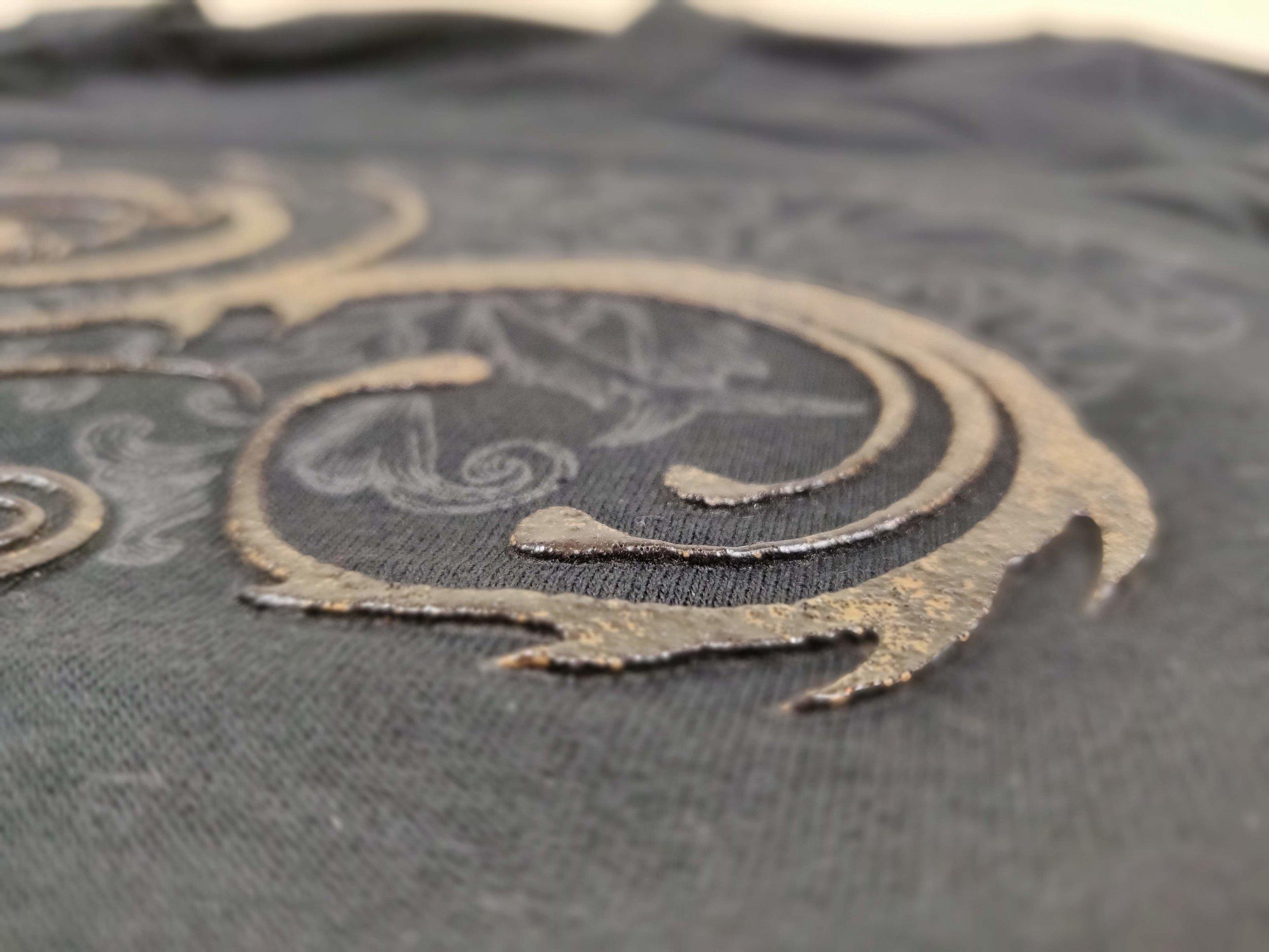 3D painatukset   Tummille tai vaaleille paidoille. Yleensä vain yksi painoväri 3D:nä painatuksessa. Suositellaan käytettäväksi vain pienessä osassa painatusta, muuten painatuksesta tule paksu ja raskas. Kestää hyvin venytystä