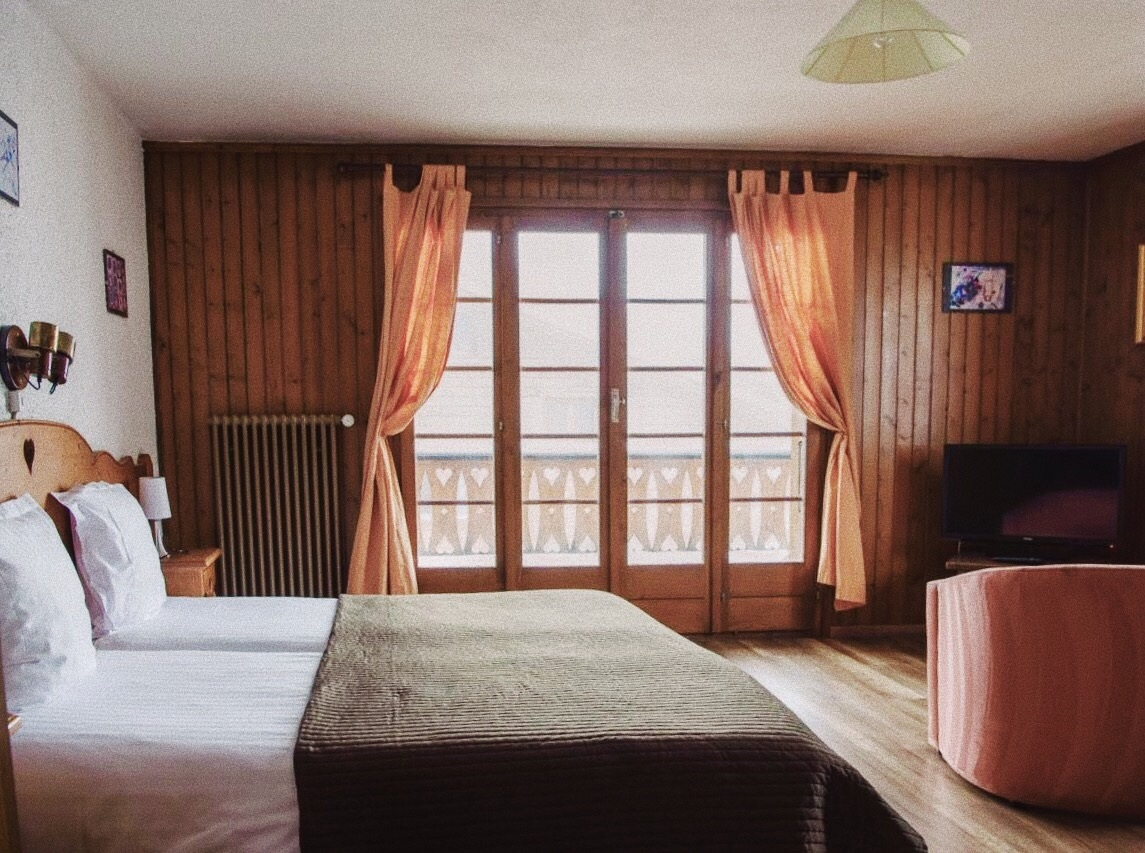 BUDDIE (DOUBLE) - A comfortable room for couples or buddies, with a double bed, some chairs and a table and free Wi-Fi. Don't mind the flatscreen TV, the big balcony has a mountain view – a feast for the eyes.