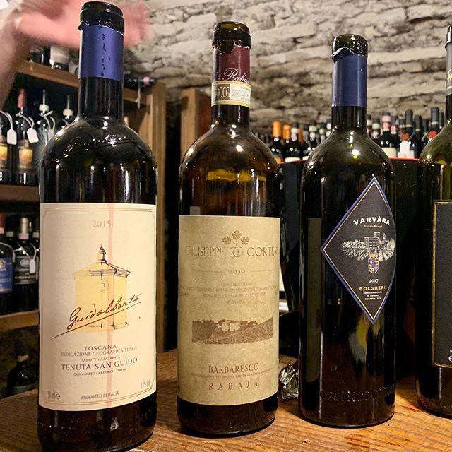 Lørdagsrådet 📣 Giuseppe Cortese Barbaresco Rabaja (midten) er en av vinene vi smakte i Lucca tidligere i sommer - og for en herlig vin det er. Denne er tilgjengelig på polet, og selv om syren kanskje hadde fortjent noen år i kjelleren for å reduseres noe er det ingen skam å drikke den nå. Om man skal beskrive vinen med ett ord er det «roser» som passer best, særlig på nesen. Den koster litt, men innimellom må man bare. 🇮🇹 Piemonte, Italia 🍇 Nebbiolo 100% 💰460 kr 🔢 Polnr 10156101