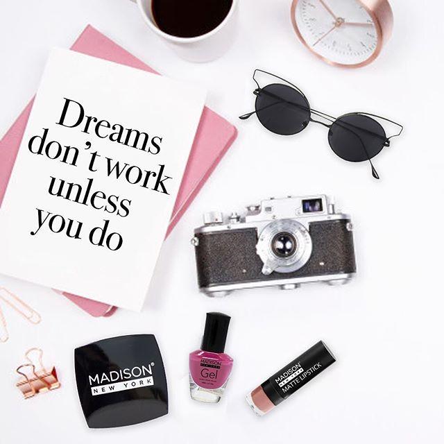 Inspiración para un gran inicio de semana ✨ . . . .  #fresamagenta #makeup #maquillaje #lentes #pink #sunglasses #blush #camera #dreams #nails