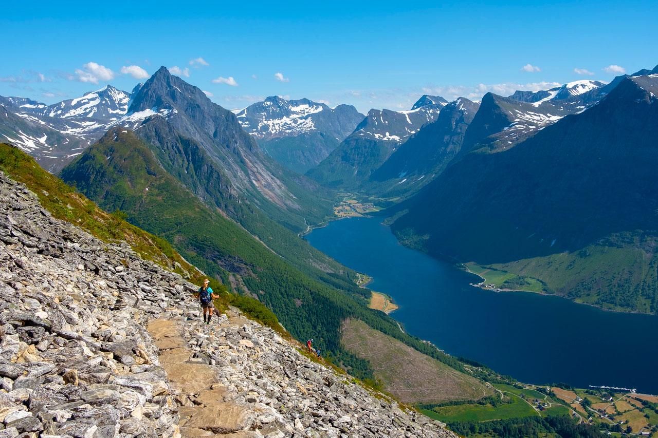 trekking-mountans-fjord-kopi.jpg