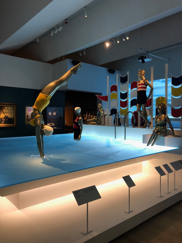 Girl_diving_ocean_liner_pool_display_V&A_museum.png