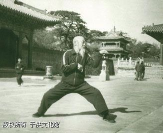 Master Wang Qing Zhai posing in the iconic Praying Mantis Kung Fu Form