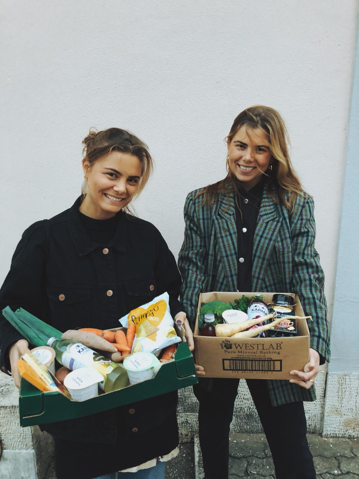 Photo: Marlene Sæthre. Susanne (left) and Anette (right) with fresh plant-based groceries.