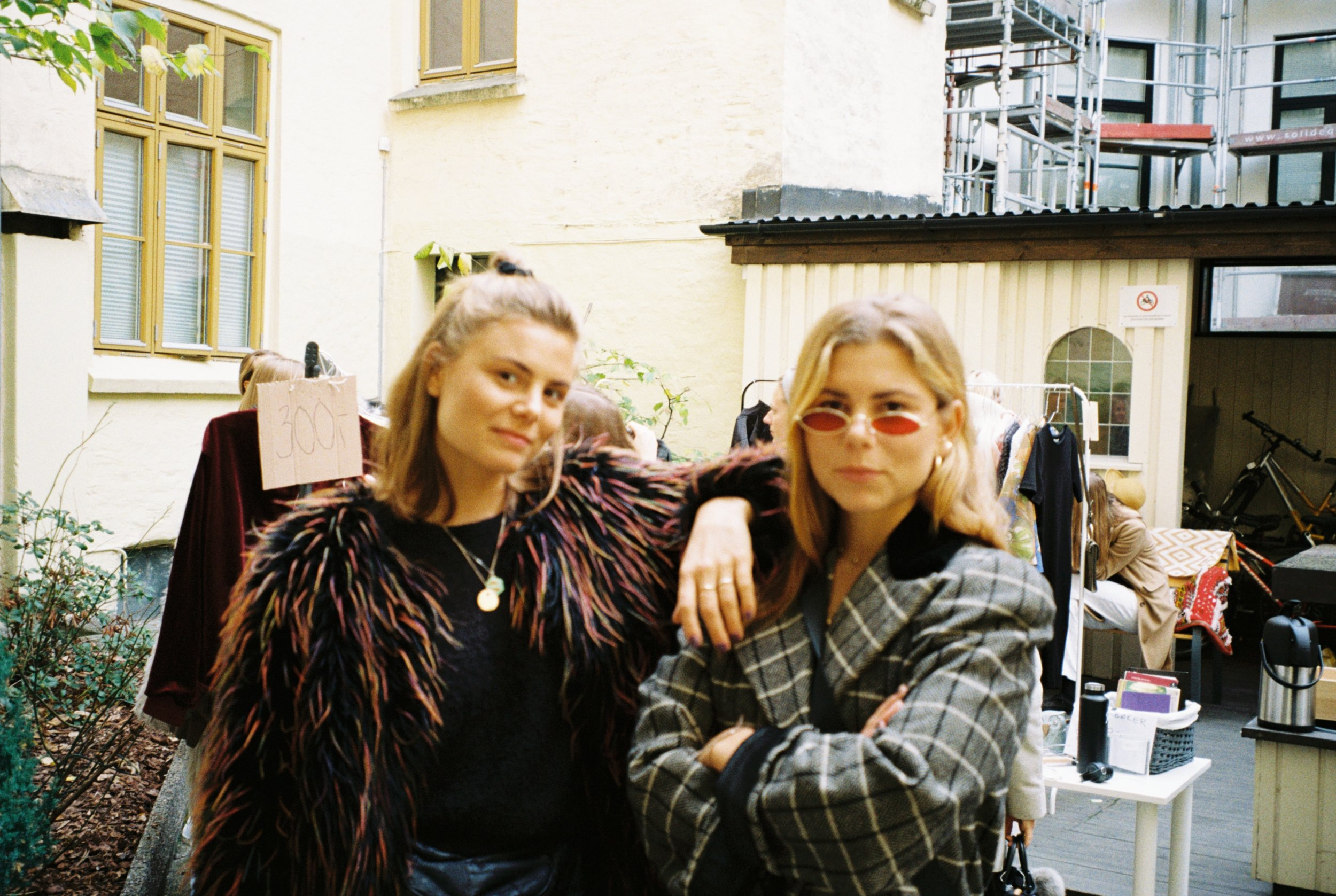 Photo: Marlene Sæthre. Susanne (left) and Anette (right) looking effortlessly cool at a vintage market.