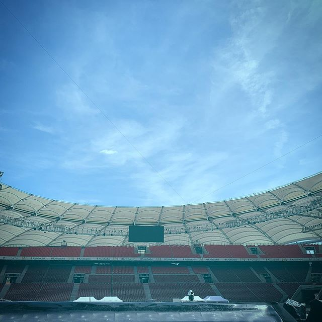 🌞 Feeling good - Stadium shows without a cloud in the sky always make you feel good •  #wild #wildmgmt #wildmanagementltd #music #livemusic #artistmanagement #artist_support #promomanagement #tourmanagement #productionlife #liveevents #eventmanagement #artist #band #tourlife #touring #stadiumshows #goodweather☀️