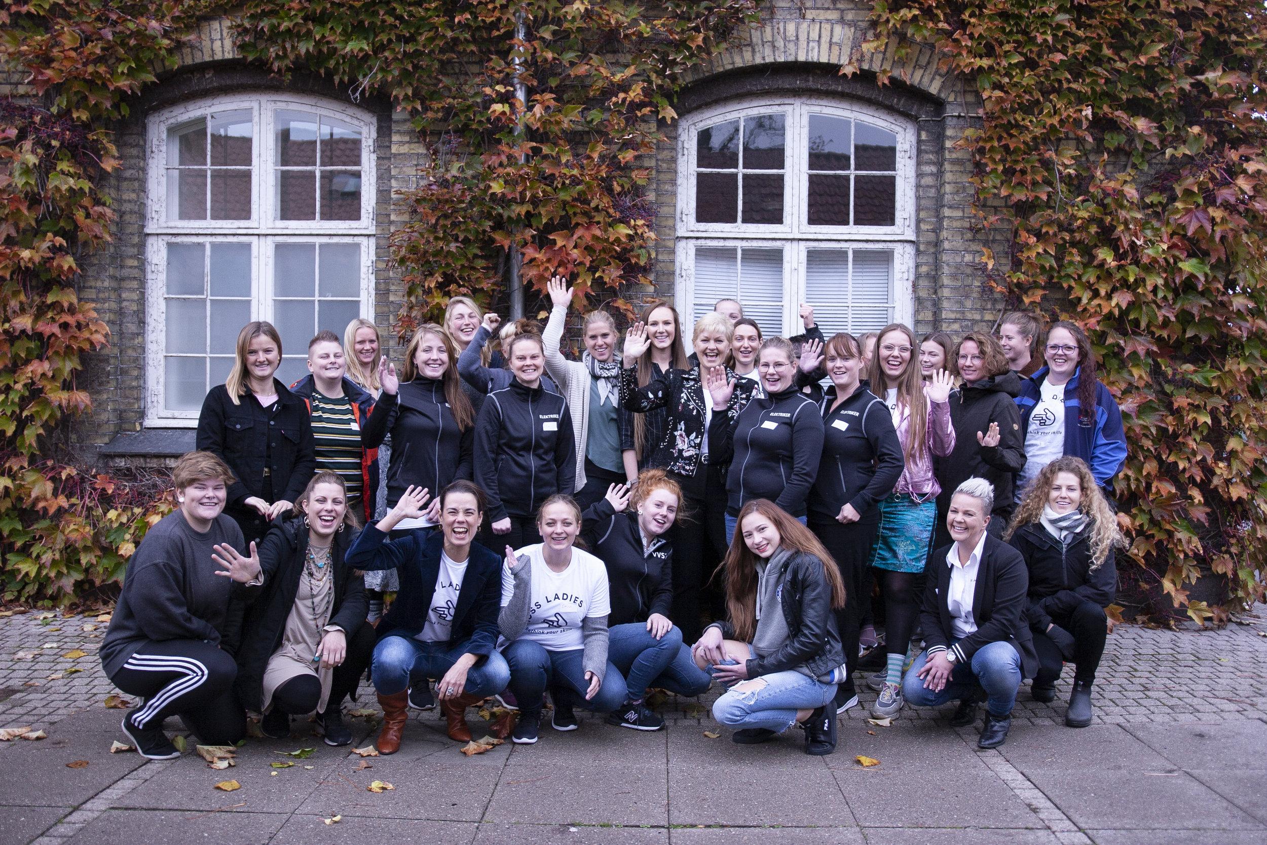 Her ses Boss Ladies Ambassadørkorpset sammen med stifter Nina Groes og ligestillingsminister Eva Kjer Hansen foran spejdercenter Holmen, hvor ambassadørernes introcamp blev afholdt.