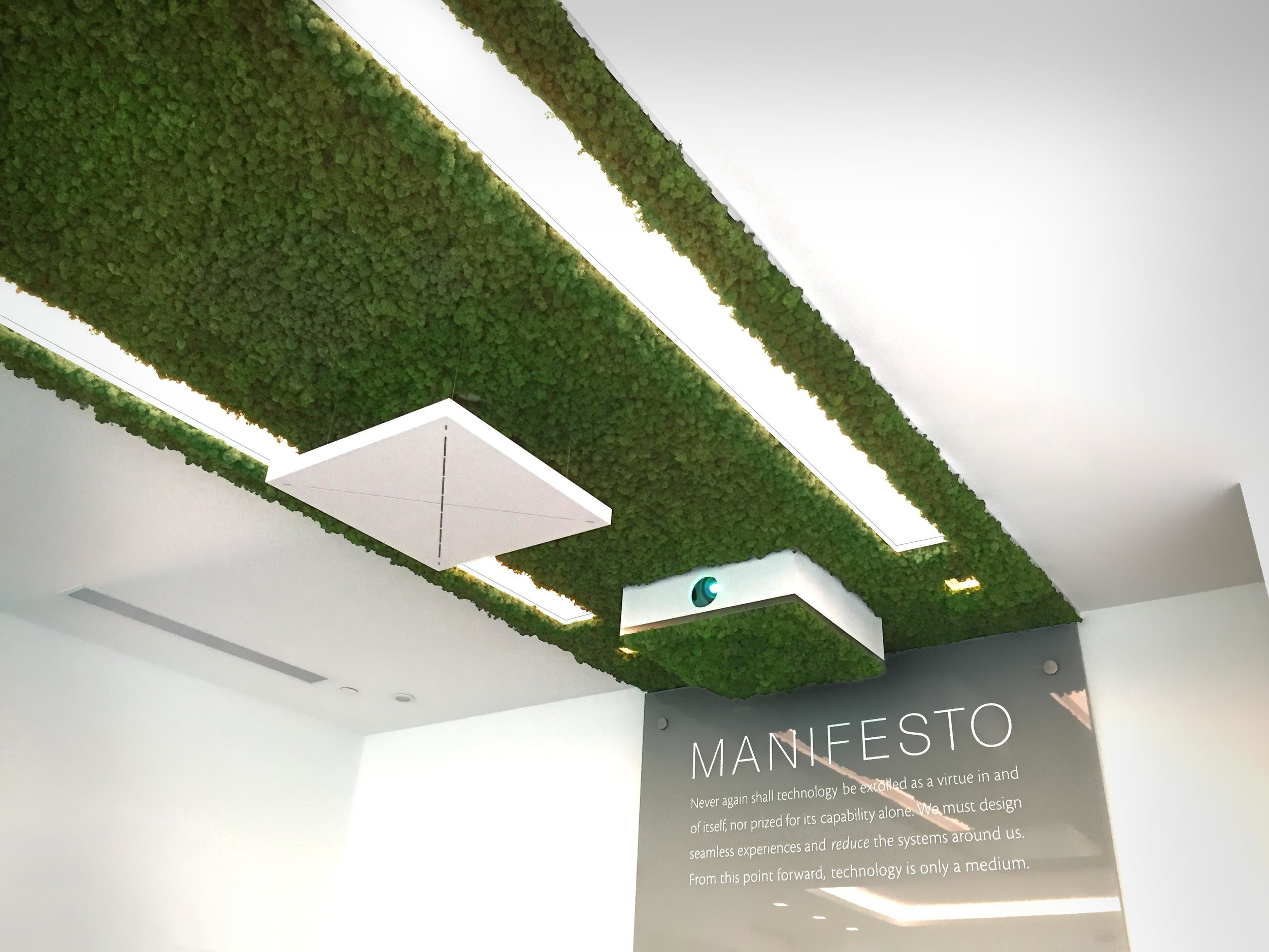 A retracting projector enclosure silently emerges from within the moss to beam an image onto a 360° projection screen on the glass partition in the centre of the room. Acting as both digital signage during the day, or environmental decorative graphics during events, the screen is equally viewable from either side, intriguing guests.