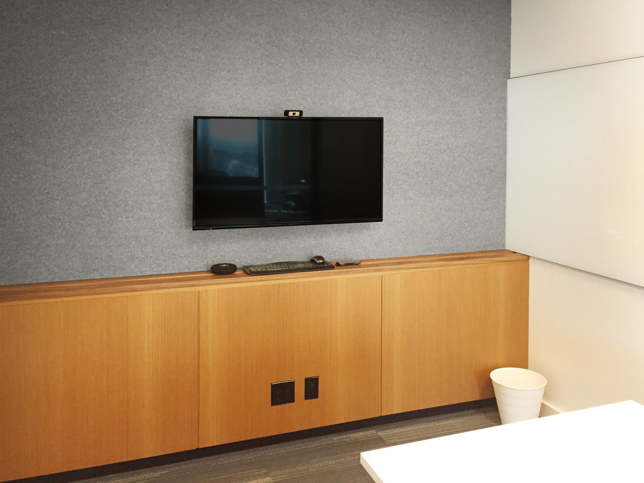 With ultimate consistency, each of the basic meeting spaces is equipped with a TV, a local computer with video conferencing and network access, and an HDMI connection for laptop presentation.