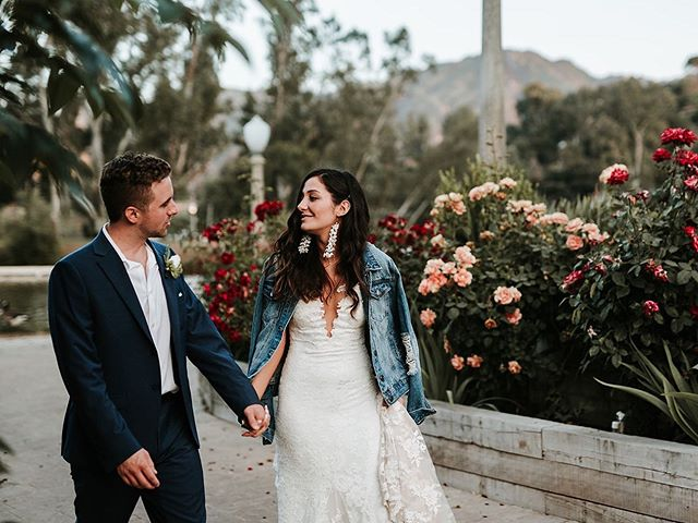 Any bride that shows up with a jean jacket is my kinda girl 🖤 Can't wait to finish up editing this Malibu wedding to show you guys! 😬😬
