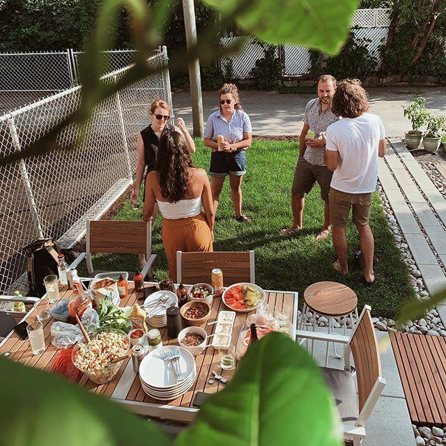 Des amis, du soleil, une bonne bouffe et de la sauce MONK = une journée réussie!!! 😋🍔🔥. . . . . . #saucemonk#hot#sauce#mtl#montreal#handmade#product#spicy#madeinmontreal#spicysauce#habannero#jalapeno#design#graphic#monk#food#vegan#foody#friend#moment#sunday#summer