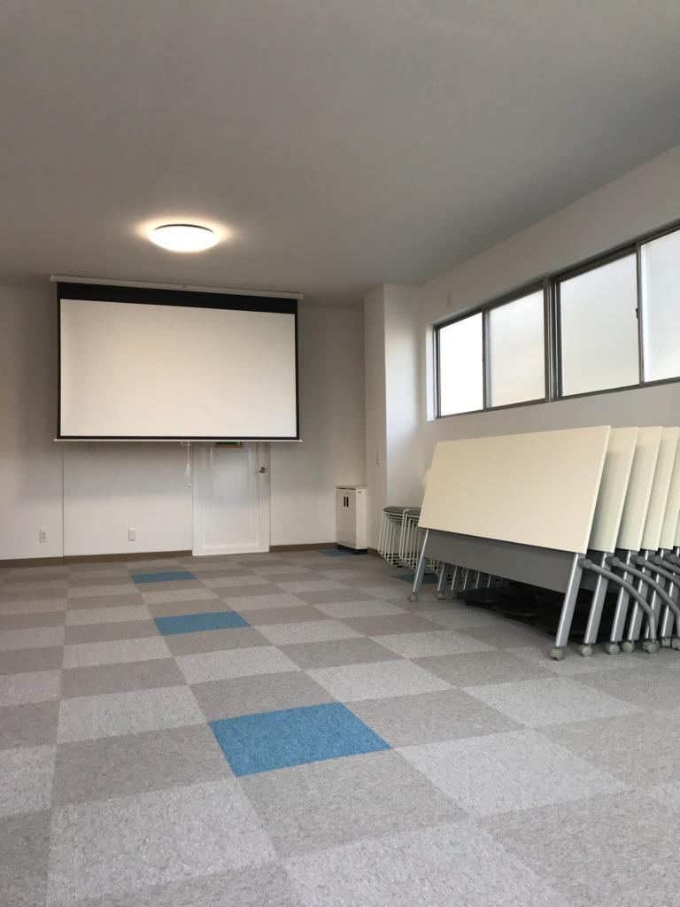 【2階会議室】プロジェクター&スクリーンは無料で貸出しております。テーブルは8台、イスは30脚ご用意しております。