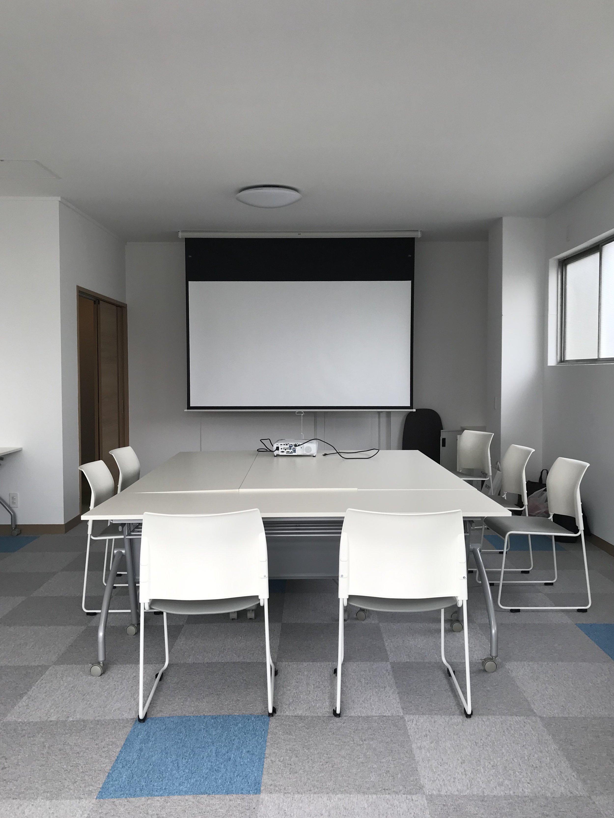 【2階会議室】ミーティングや小会議などのご利用も可能です。