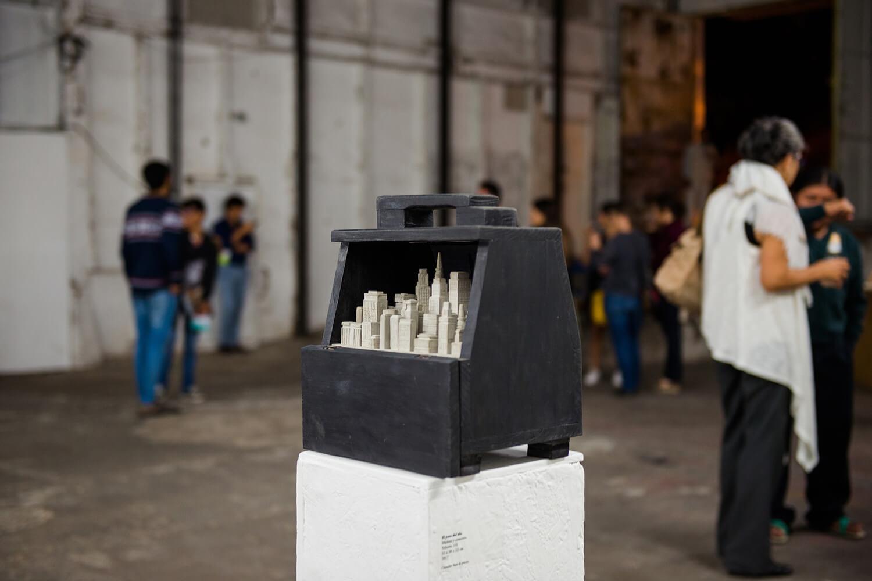 Fernando Poyón,  El peso del día,  wood and cement, 2017