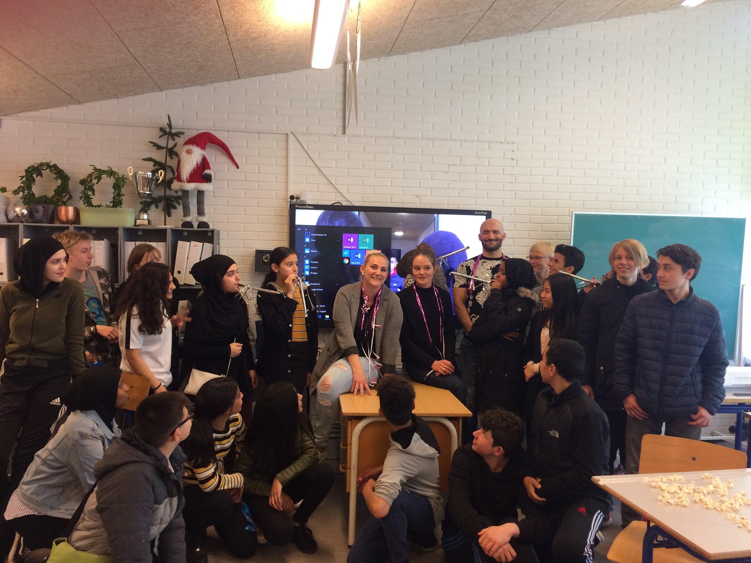 Her har vi et gruppebillede af alle eleverne og os fra Gellerup Filmværksted: projektkoordinator Sidsel Østergaard, projektleder: Josephine marie Bülow og filmarbejder Cihad Ata.