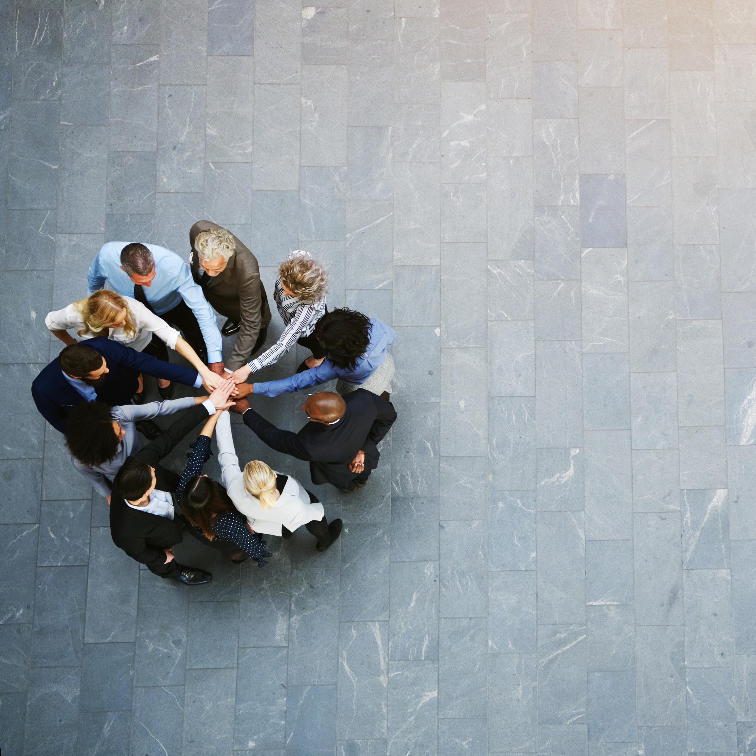 Et systemisk perspektiv på lederutvikling - Ledelse skjer alltid i en kontekst. Vårt fokus i lederutvikling er bredere enn den enkelte leders agenda eller karriere. Vi involverer systemet rundt leder i våre utviklingsprosesser. Jobbrelatert for- og etterarbeid er integrert i samtlige av våre kurs. Vi vet at bedrifter investerer i lederutvikling fordi leders kapasitet har enorm betydning for resultater, bedriftskultur og ansattes trivsel. God lederutvikling løfter hele organisasjonen.