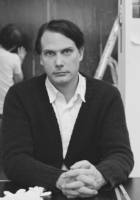 GREGOR HILDEBRANDT - Gregor Hildebrandt vive y trabaja en Berlín. (CV)Los medios de la firma de Gregor Hildebrandt son la cinta de casete y el vinilo, que combina y ensambla en pinturas, esculturas e instalaciones aparentemente minimalistas pero a la vez románticas. Descansando en silencio detrás de la brillante superficie de su estética analógica, que bordea el monocromo en blanco y negro, la música y el cine acechan su práctica. Ya sean pictóricas o escultóricas, todas sus obras contienen materiales pregrabados, a los que se hace referencia en los títulos.Si quieres saber más sobre este artista haz click aquí.