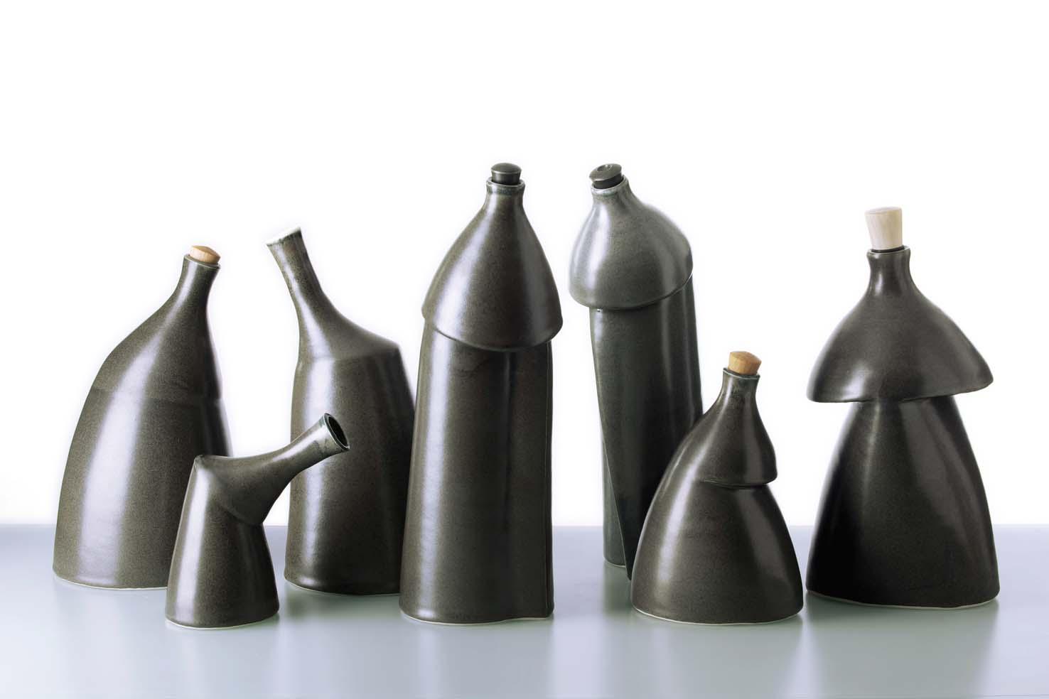 Sorte flasker på række.jpg