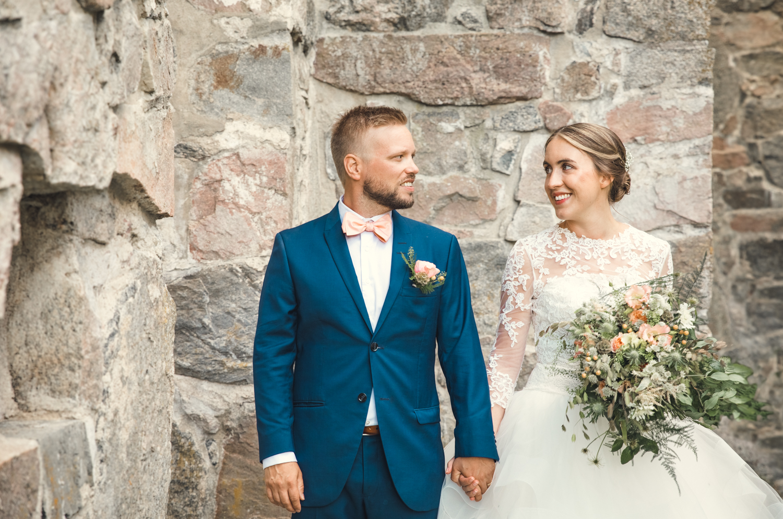 Frida & Filip - Bröllop på Fiholm - Frida och Filip, som båda kommer från Västerås, hade sedan länge drömt om att ha sitt bröllop på de grönskande slätterna vid Mälaren. Som bröllopsfotograf fick jag följa deras dag, från vigsel i Rytternes Kyrkoruin till festligheter på Fiholm.