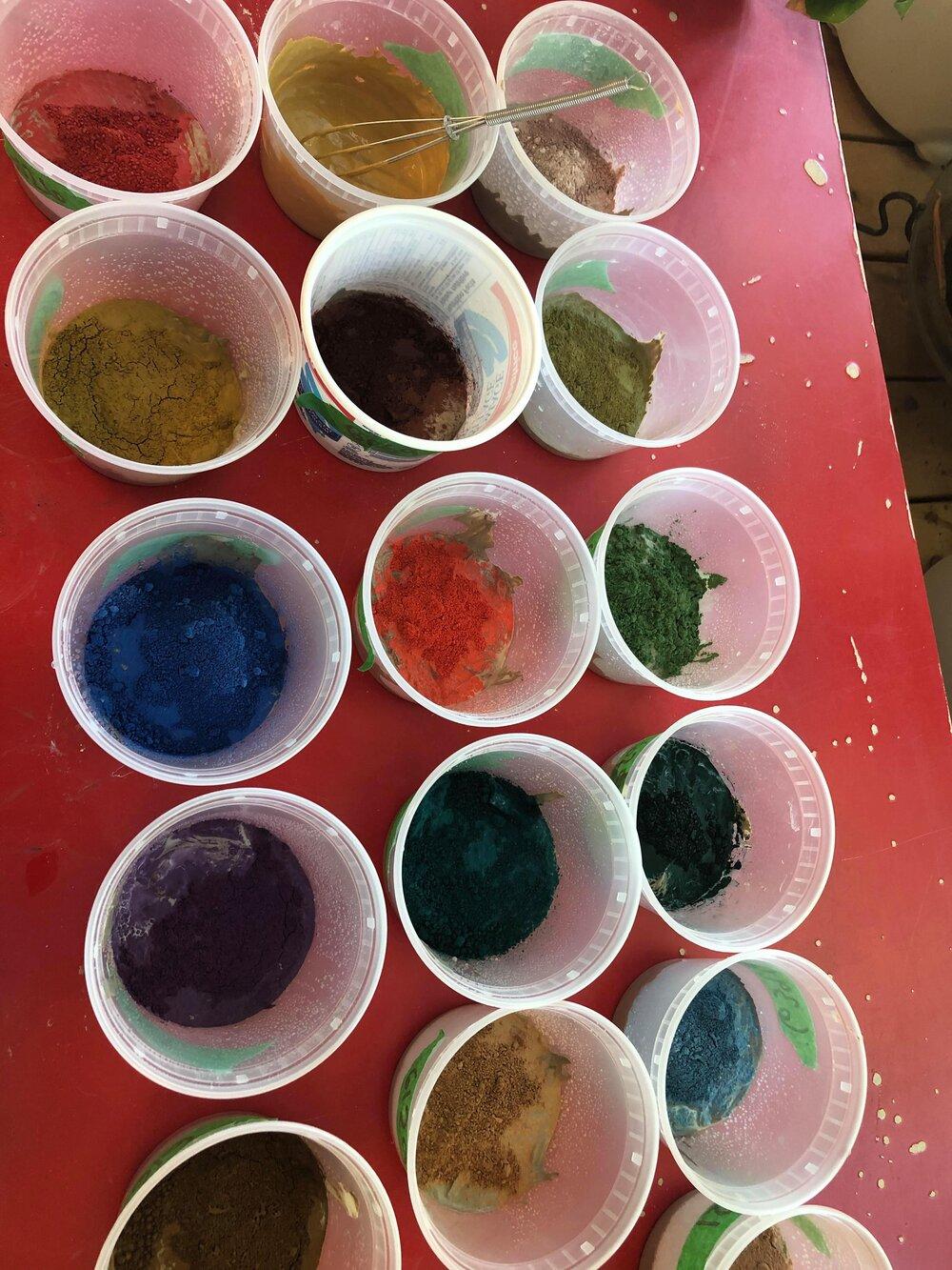 Préparation de petites quantités de barbotine colorée: l'état liquide aide à mélanger plus rapidement.