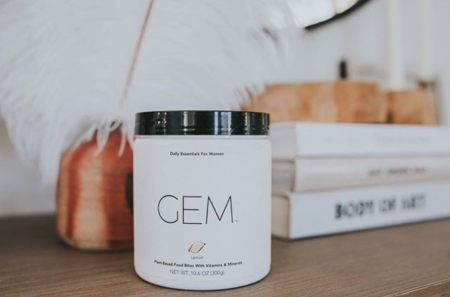 Say hello to Gem- the chewable bite of daily nutrition built for women, by women. We spoke with founder Sara Cullen about how she was over the $37 billion unregulated industry full of artificial, synthetic, and overly processed mislabeled junk and what she decided to do about it. These vegan bites are gluten and soy free and feature 13 whole plant ingredients with no fillers or preservatives! Read more on seekminimal.com | photo: @itsalexishaines @daily_gem