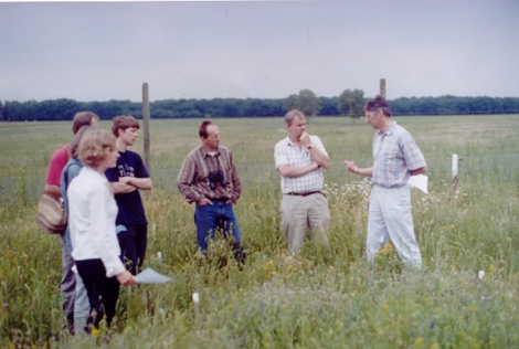 Wim van der Putten (rightmost person) explaining the concepts behind the field experiment back in the good old days.