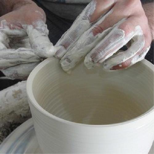 Cerâmica - A Cerdeira é especialmente dedicada à cerâmica com uma oficina totalmente equipada e um dos poucos fornos a lenha sem fumo na Europa.Ceramistas profissionais visitam a Cerdeira ao longo do ano para workshops, eventos e exposições.