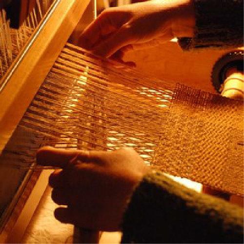 Outros saberes - Desde a escrita aos têxteis, são muitas as formas de pensar criativamente.A Cerdeira acolhe todos estes saberes onde a técnica e os materiais encontram o tempo e o silêncio necessários à aprendizagem.