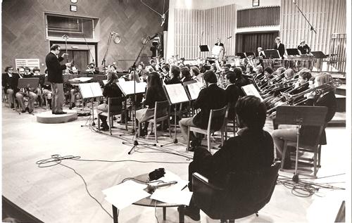 Kolbotn Ungdomskorps 1975 - finale i NRK-konkurransen i Store Studio. Dirigent er Tom Klausen. Programleder Jan Eriksen i forgrunnen. Bilde utlånt av    Jan Eriksen   .