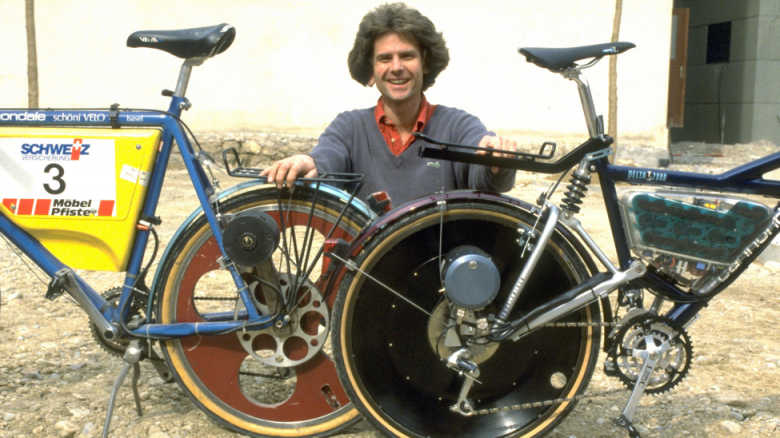 Michael Kutter con los prototipos de su primera bicicleta eléctrica, Dolphin (source: SRF.ch)