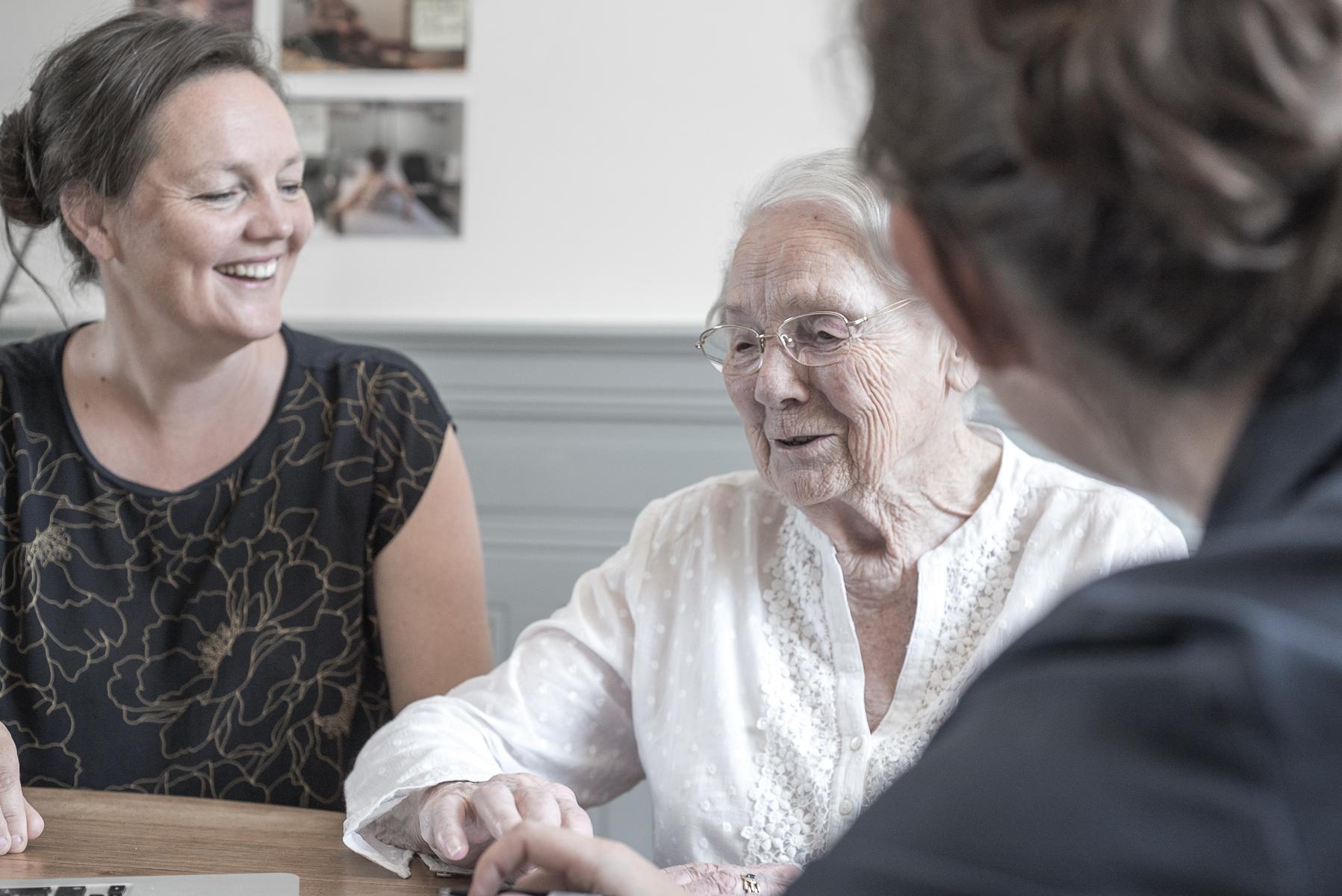 Aïna - Réinventer le quotidien des personnes âgées grâce au Design thinking. Conseils stratégiques pour la start-up française, animation d'ateliers en Design Thinking et création d'un programme de formation en innovation pour les maisons de retraite en cours. #DesignThinking #inclusion