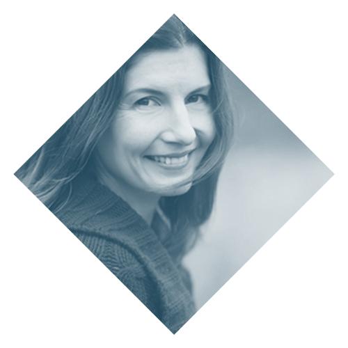 Elisa Markhoff    www.psicologiadelanutricion.com   Elisa es periodista, escritora, terapeuta y además tiene el privilegio de ser una de las primeras mujeres latinas certificadas para ejercer Psicología de la Nutrición. Actualmente es miembro de la Academia Norteamericana de Desórdenes Alimenticios y está certificada en distintas modalidades de terapia, incluyendo trabajo somático, neurología y trauma, terapia trans-generacional y terapia de arquetipos. Ha trabajado durante años para radio y prensa como corresponsal internacional y es autora de la novela Día Soleado.