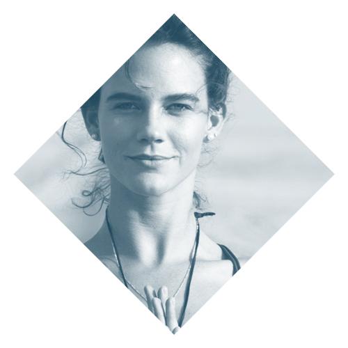 Loly Rehder    www.lolyrehder.com   Yoguini, viajera y amante del mar. Loly es profesora de Vinyasa y Yin Yoga e instructora de meditación para tablistas de olas grandes. Ella busca compartir su amor por la vida e inspirar a la mayor cantidad de personas posible a que disfruten de la vida y vivan su máximo potencial sin miedos.