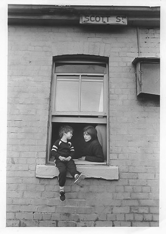 Family under threat. Point & Scott Sts. Eviction of squatters. 1988. City of Sydney, 065204