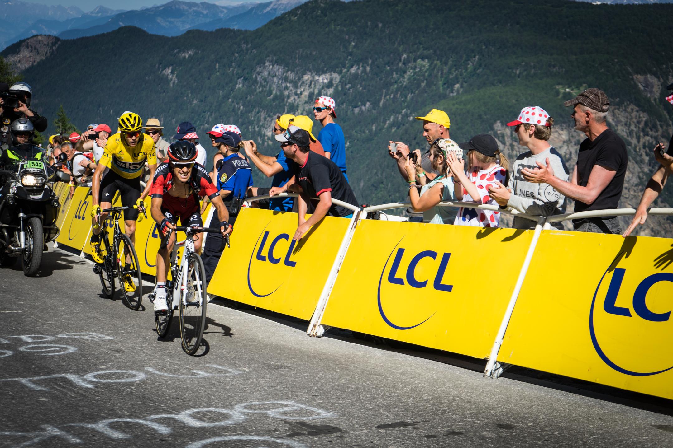 Det ikoniske franske cykelløb Tour de France kommer til Danmark med de tre indledende etaper i 2021. Om det er en god investering i branding af Danmark og udvikling af dansk idræt i forhold til de alternative muligheder er en debat værd.  Foto: Velobar+, Unsplash.com