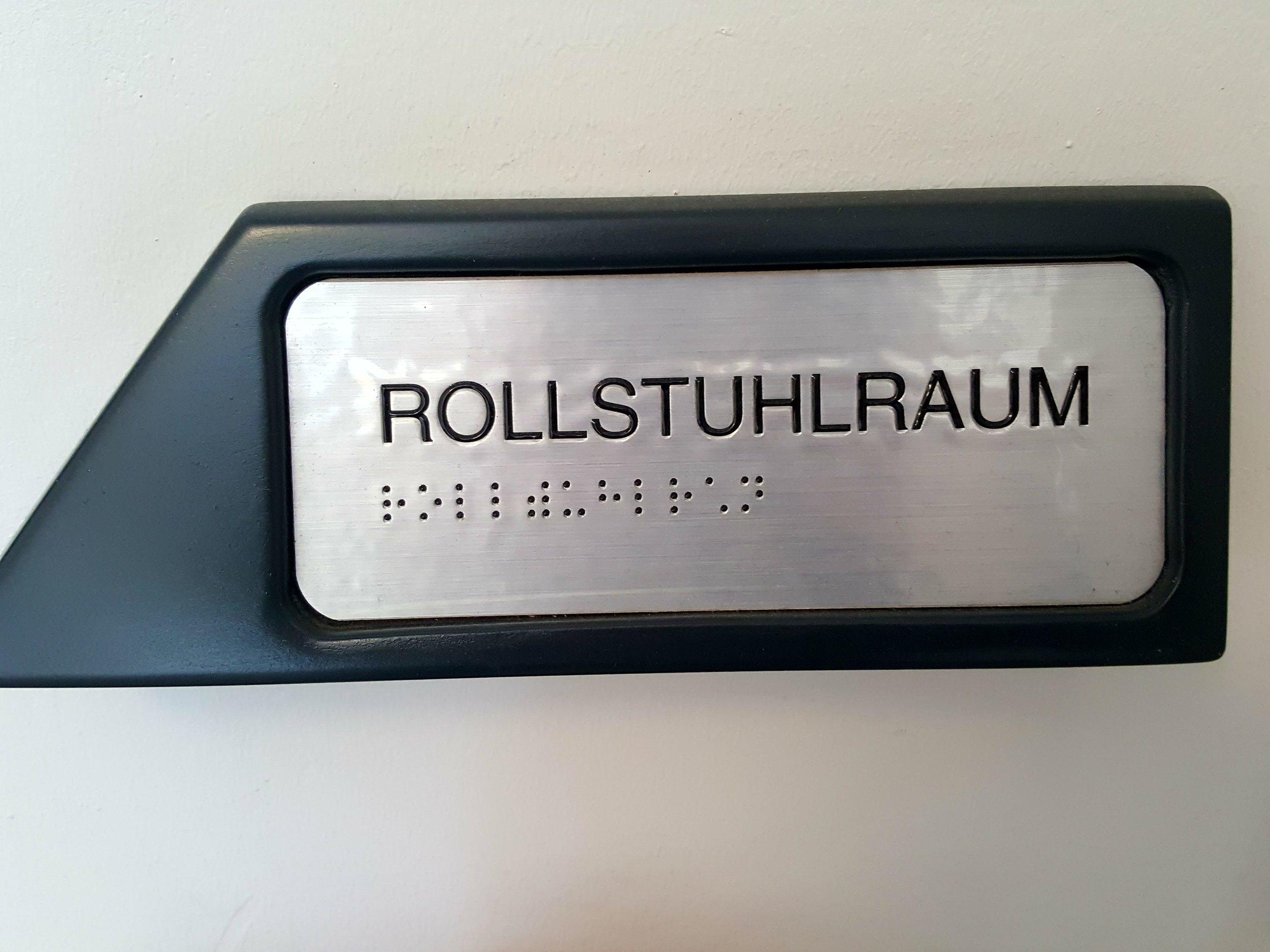 Barakiel Halle. Tyskland mest tilgængelige idrætshal. Skilte med blindskrift og formet som pile, som viser vejen for synshæmmede brugere.  Foto: Henrik H. Brandt