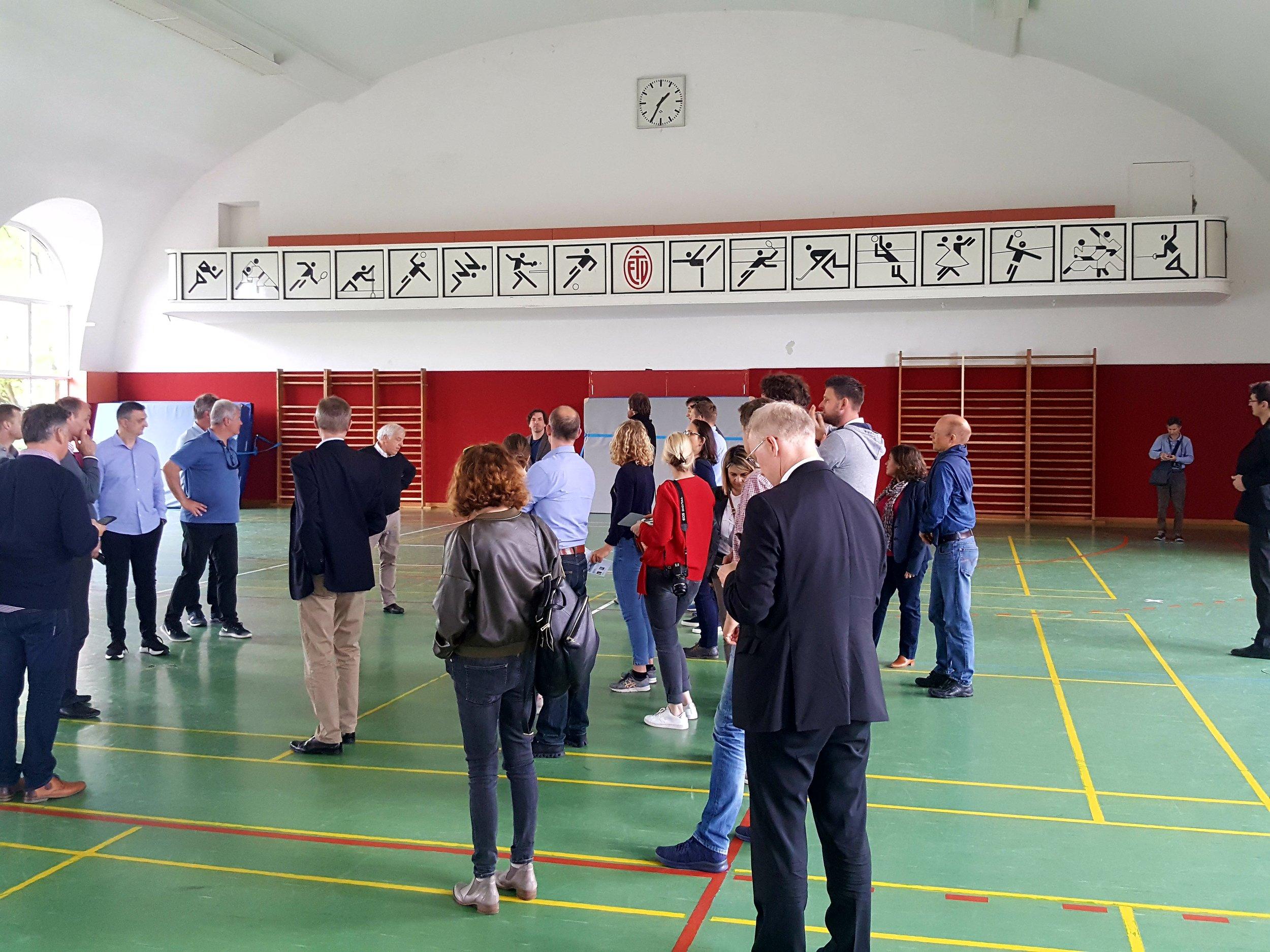 Selv om gulvet er hævet fem meter i Eimsbütteler TV's gamle gymnastikhal, er der stadig højt nok til loftet til volleyball i 3. Liga.  Foto: Henrik H. Brandt