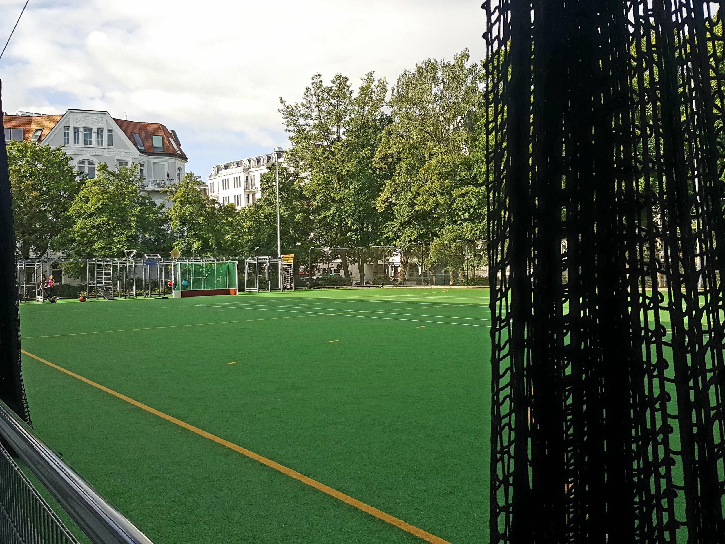 Velkommen hos Aspria Uhlenhorst. Til en eksklusivt kommercielt fitnesscenter i den velhavende del af Hamburg hører naturligvis egen hockeybane.  Foto: Henrik H. Brandt