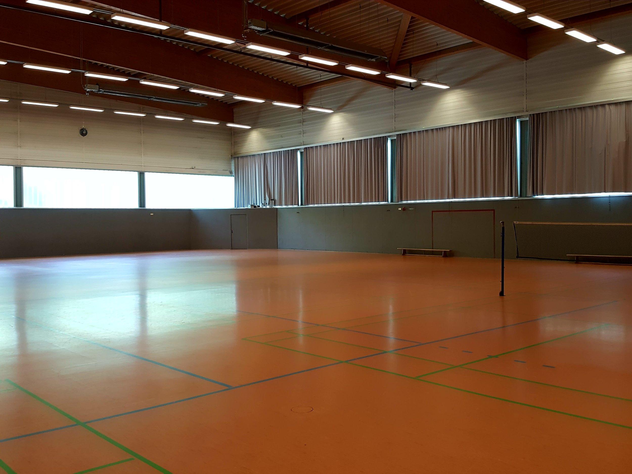 Sportspass store hal til badminton og boldspil på Berliner Tor afdelingen. Ikke et syn på højt æstetisk niveau, men tilgængelig for alle (og der var badmintonspillere i gang i hallens anden ende, selv om den ser tom ud).  Foto: Henrik H. Brandt