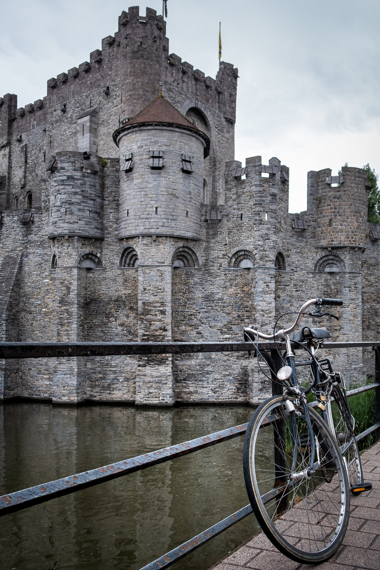 A bike in front of the Gravensteen Castle