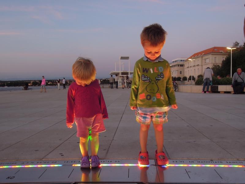 """A kis felfedezők a """"Nap köszöntése"""" installációnál, Zadarban. Horvátország, 2016. Fotó © Vasas András"""
