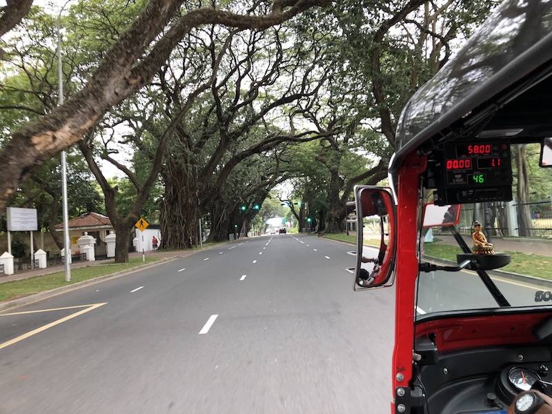 Colombo traffic on a Poya day is quite surreal. Photo © Szilvia Molnár