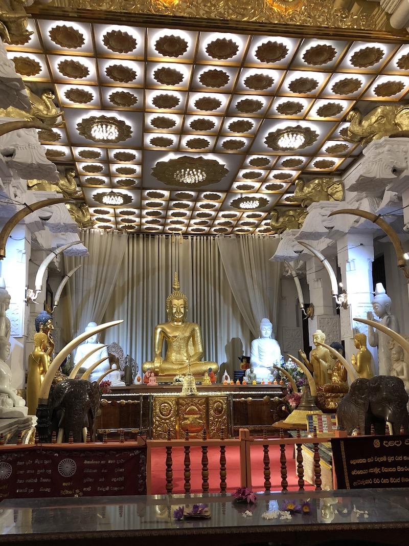 A Szent Fog Templomhoz, Kandy-be másodszor látogattunk el. Fotó © Molnár Szilvia